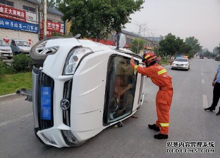 小轿车撞上护栏翻车 司机:不知道天窗开关 爬不出去